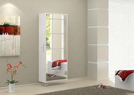 42. Sapateira com espelho fixada na parede com acabamento branco e rodízio. Fonte: Pinterest