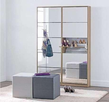13. Sapateira com espelho repartida em diversos nichos para organizar os sapatos. Fonte: Pinterest