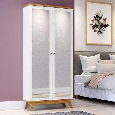 47. Sapateira com espelho retrô duas portas, feita com acabamento branco e madeira aparente. Fonte: Madeira Madeira