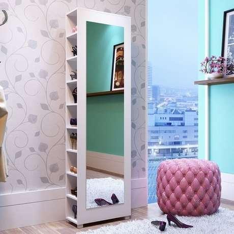 1. Sapateira com espelho e prateleiras laterais traz funcionalidade para o quarto de menina. Fonte: Pinterest