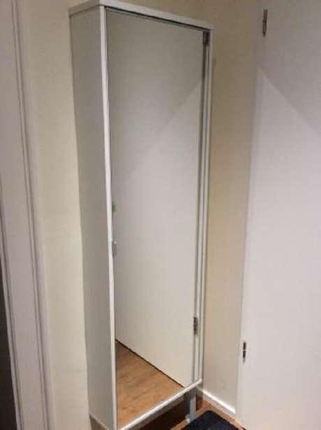50. Sapateira com espelho embutida na parede atrás da porta. Fonte: Pinterest
