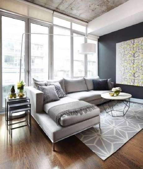 22. Tapete cinza claro com estampa para decoração de sala com mesa de centro moderna e parede preta – Foto: Lisa Petrole Photography