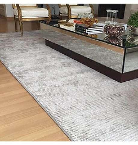2. Escolha o modelo de tapete cinza conforme o estilo de decoração do ambiente – Foto: Pinosy