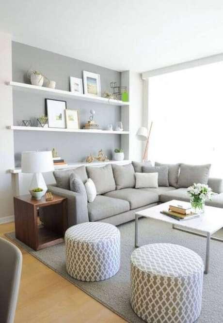 23. Tapete cinza claro para decoração de sala clean com prateleiras brancas e puffs redondos – Foto: We Heart It