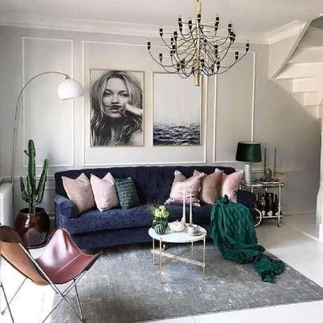 24. Sala de estar decorada com sofá azul marinho e tapete cinza claro – Foto: Pinterest