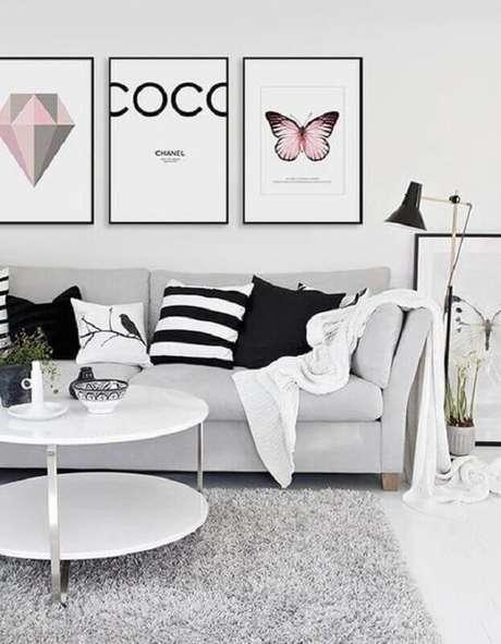 26. Decoração minimalista para sala de estar com quadros decorativos e tapete cinza claro – Foto: Original Arquitetura e Paisagismo