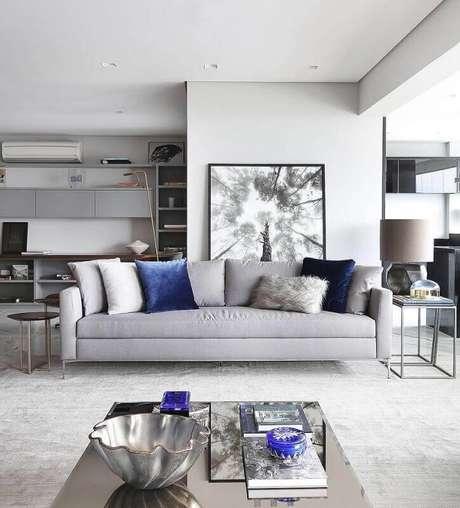 1. Sala ampla e moderna decorada com tapete cinza claro e almofadas com texturas diferentes – Foto: Pinterest