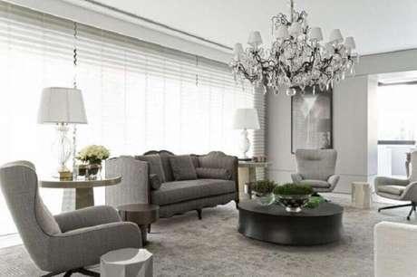 27. Tapete cinza claro para sala de estar com decoração clássica – Foto: Roberto Migotto