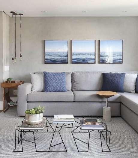 28. Tapete cinza claro para sala de estar decorada com pendentes minimalistas e kit de quadros decorativos – Foto: Área de Mulher