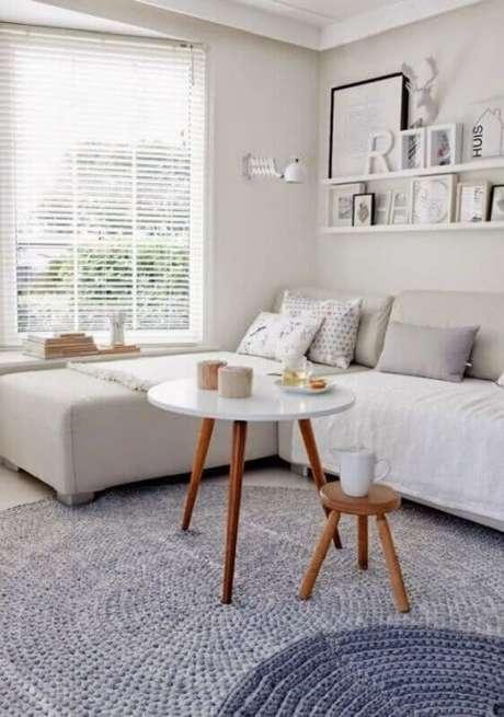 4. Sala de estar decorada com dois tapetes cinza de crochê com tonalidade diferente – Foto: Decoholic