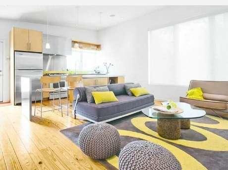 32. Tapete cinza e amarelo para decoração de sala ampla com puffs redondos de crochê – Foto: Home Design Ideas