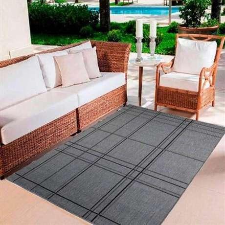 33. Tapete cinza para decoração de varanda com móveis de vime – Foto: Lojas Donna