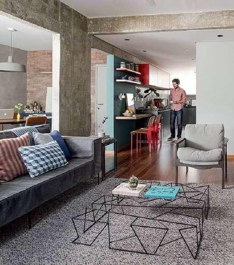 36. Tapete cinza para sala decorada com mesa de centro diferente aramada – Foto: Vivendo com Charme