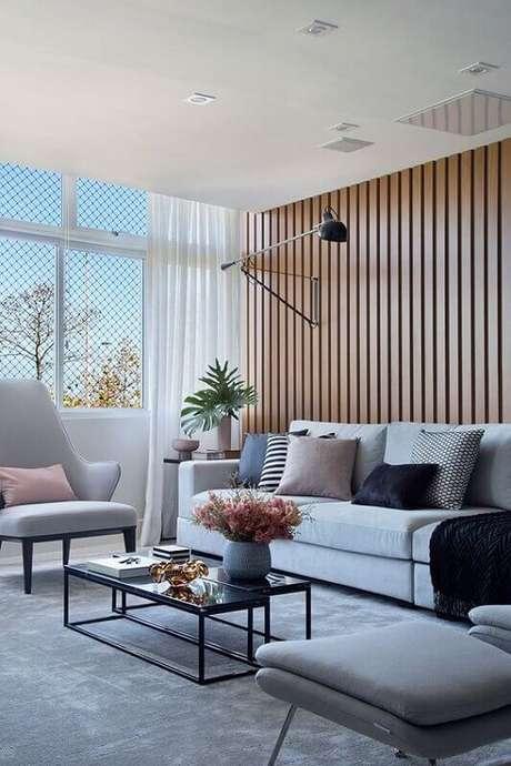 38. Tapete cinza para sala moderna decorada com sofá branco e almofadas decorativas – Foto: Casa de Valentina
