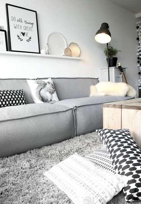 41. Tapete felpudo cinza claro para decoração de sala clean com estilo minimalista – Foto: Otimizi