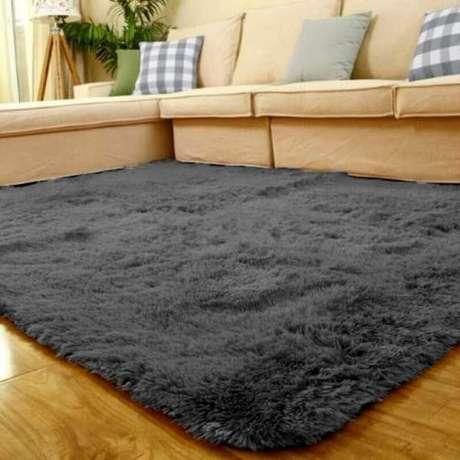 43. Tapete felpudo cinza escuro para sala decorada com sofá bege – Foto: Pinterest