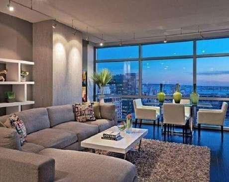 46. Tapete felpudo cinza para decoração de sala de estar integrada com varanda gourmet – Foto: Amanda Forte – Arquitetura e Interiores