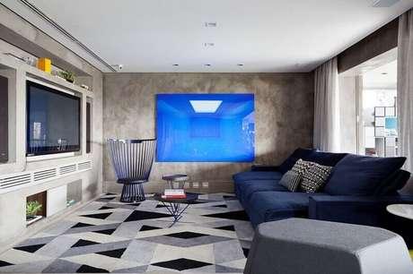 48. Sala moderna decorada com paredes de cimento queimado e tapete geométrico cinza – Foto: Arquiteta Evelyn Luci
