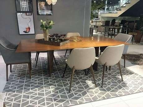 50. Tapete geométrico cinza para sala de jantar com mesa de madeira – Foto: Pinterest