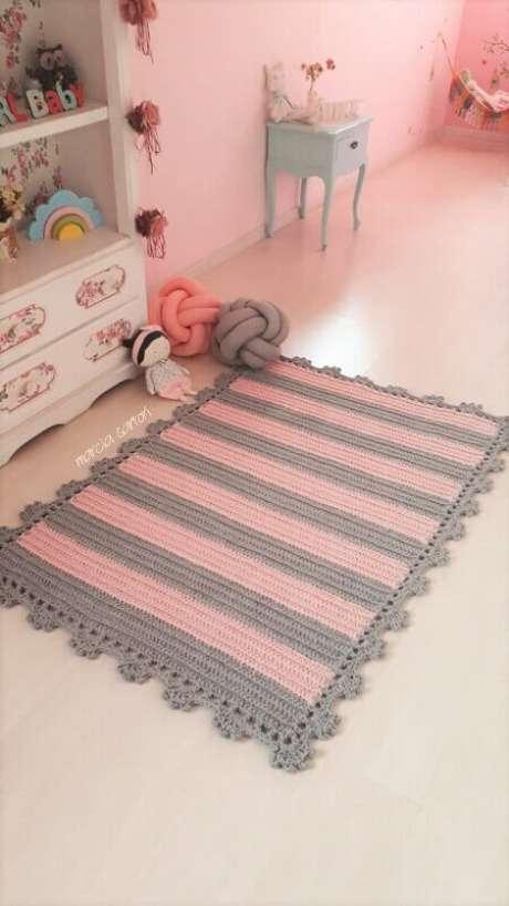 51. Decoração com tapete rosa e cinza listrado para quarto de bebê – Foto: Elo7