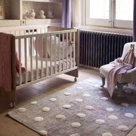 52. Decoração para quarto de bebê com piso de madeira e tapete rosa e cinza de bolinhas – Foto: Momy Home & Kids Decor