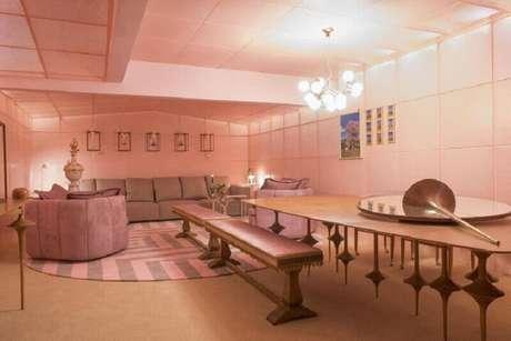 53. Modelo de tapete rosa e cinza redondo – Foto: Léo Romano