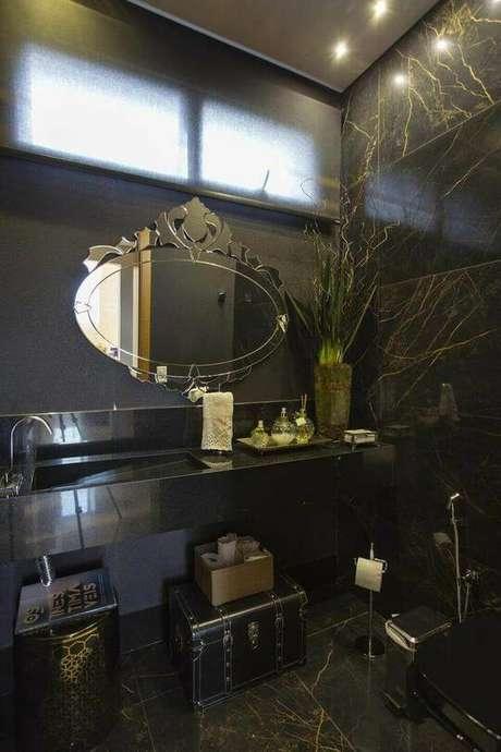 27. Este é um banheiro clássico que opta por uma toalha de lavabo que segue o mesmo estilo. Projeto de Andréa Esteves