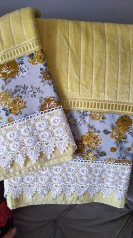 3. Existem muitos modelos de toalha de lavabo decorada. Foto: Elo7
