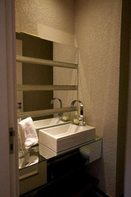 26. Usar o suporte de mesa para a toalha de lavabo é uma alternativa barata e simples. Projeto de Partícia Azoni