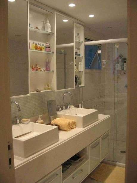 30. Colocar mais de uma toalha de lavabo no banheiro pode ser uma alternativa inteligente. Projeto de Escala Design