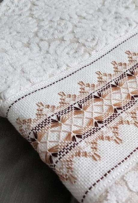 19. Aqui temos o detalhe de como fica interessante o bordado de uma toalha de lavabo. Foto: Decor Fácil