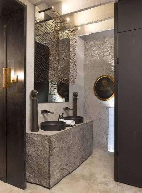 16. Este banheiro rústico opta por utilizar uma toalha de lavabo branca simples. Projeto de Gustavo Neves