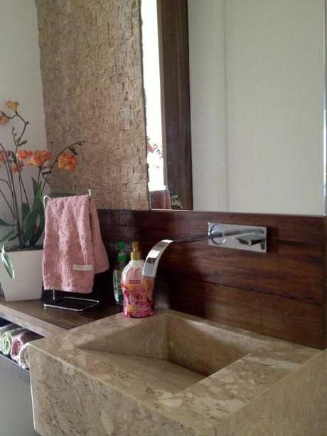 42. A cuba de granito é luxuosa e contrasta bem com a toalha de lavabo simples. Projeto de Adriana Victorelli