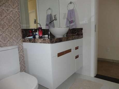 18. Esta toalha de lavabo tem um bordado simples, mas que se destaca. Foto: Revista Viva Decora.