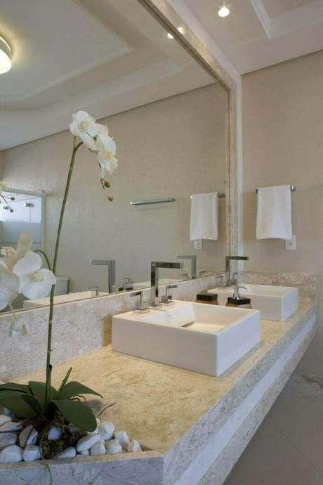 23. Aqui a toalha de lavabo combina até mesmo com a flor. Projeto de Aquiles Nicolas Kilaris
