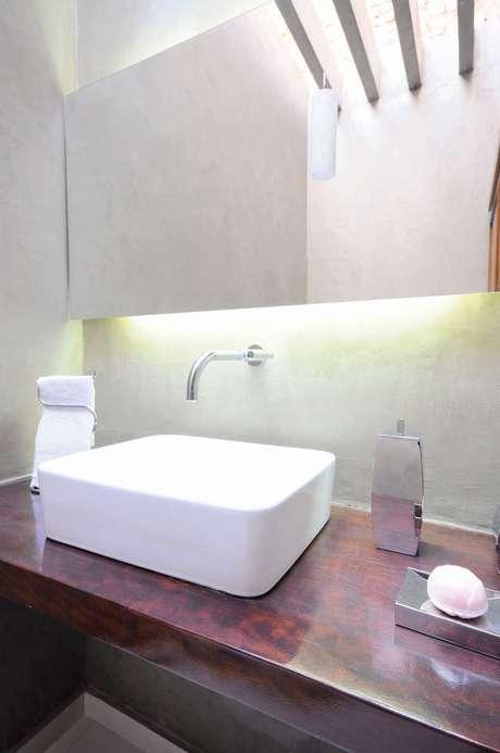 40. O branco desta toalha de lavabo é o que dá um respiro ao banheiro. Projeto de Carla Romanelli
