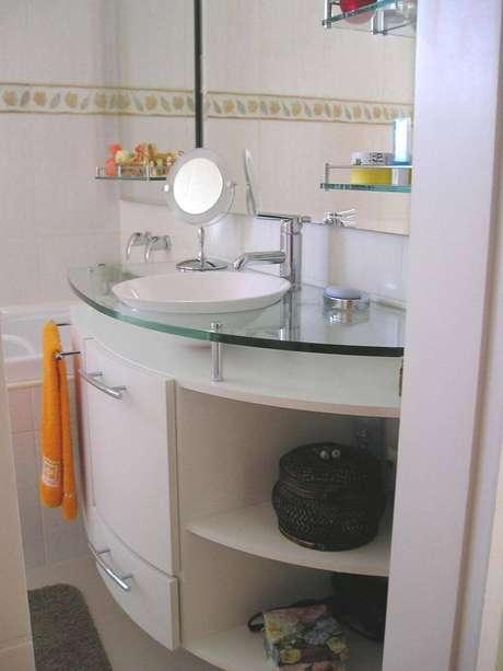 32. Há quem use o próprio puxador dos gabinetes como suporte para a toalha de lavabo. Projeto de Adriane Lupetti