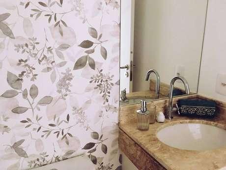 14. Às vezes o próprio gabinete pode ser o melhor suporte para a toalha de lavabo. Projeto de Aquarella Interiores