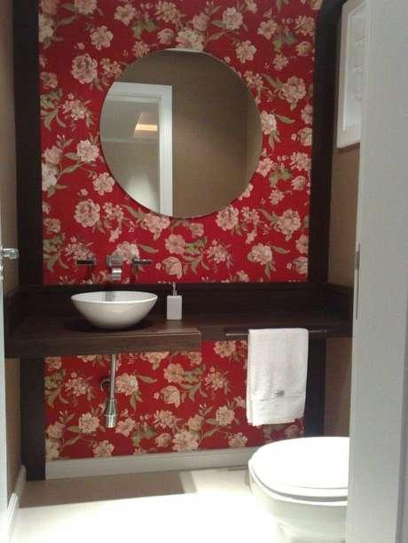 44. Este banheiro já chamativo por si só, por isso opta usa uma toalha de lavabo simples e delicada. Projeto de Lívia Gobetti