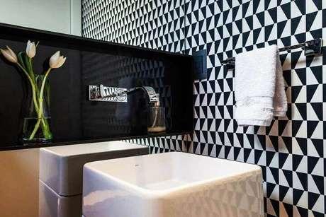 21. Neste exemplo o papel de parede contrasta com a toalha de lavabo. Projeto de MarchettiBonetti+