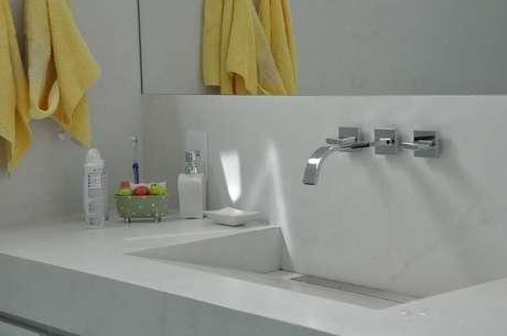 9. Esta toalha de lavabo amarela é o que dá o destaque ao cômodo. Projeto de Cláudia Breias