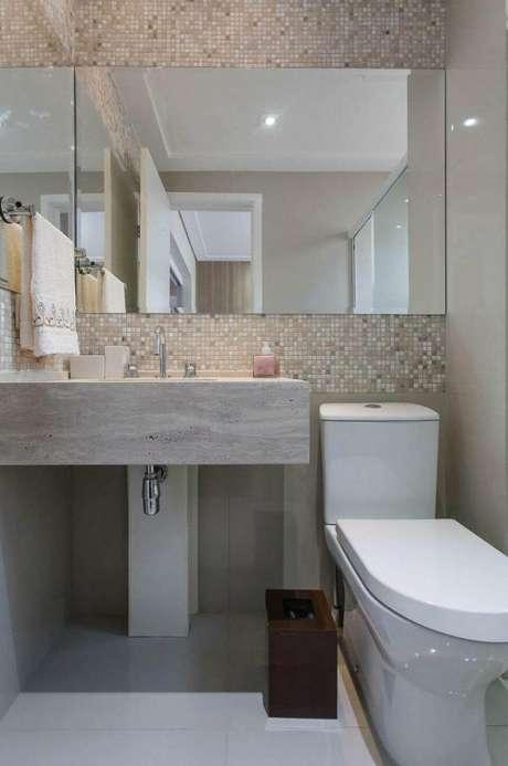 10. Esta toalha de lavabo, por outro lado, segue a mesma linha sóbria do banheiro. Projeto de Márcia Acaro