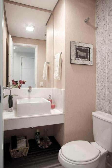 33. A toalha de lavabo branca ganha ainda mais delicadeza com o laço de cetim. Projeto de Márcia Acaro