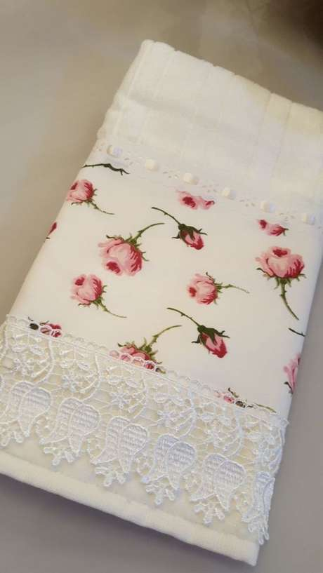 29. Esta linda toalha de lavabo possui barrado e uma impressão. Foto:Feito Com Amor