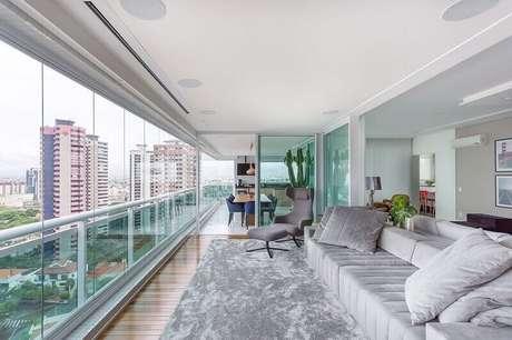 54. Varanda ampla decorada com tapete cinza mesclado claro – Foto: Pinterest