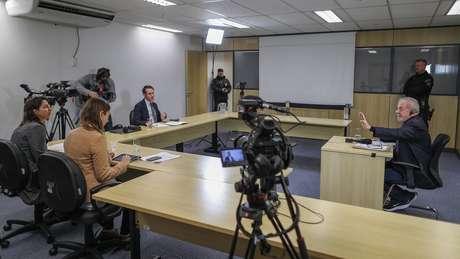 'Pede uma concessão para ele de um minuto', disse Lula referindo-se ao chefe de escolta quando foi avisado que tempo de entrevista estava acabando