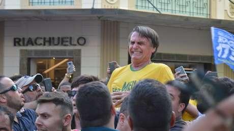 Bolsonaro no momento em que levou facada durante evento eleitoral em Juiz de Fora; ex-presidente Lula pede 'direito da dúvida' ao falar que tem suspeitas sobre ocorrido