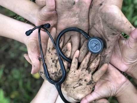 Mãos dadas. Unidade de Saúde Básica (UBS) no bairro Costa e Silva, em Porto Alegre (RS)