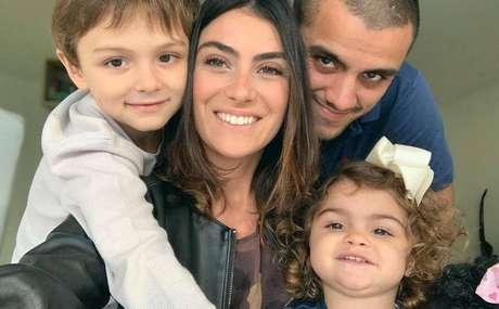 Felipe Simas e Mariana Uhlmann ao lado dos filhos Jaquim e Maria