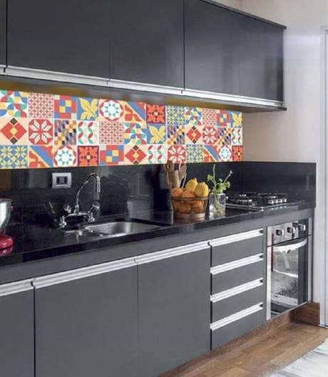 12. Os adesivos para azulejo de cozinha ajudam a redecorar todo o ambiente